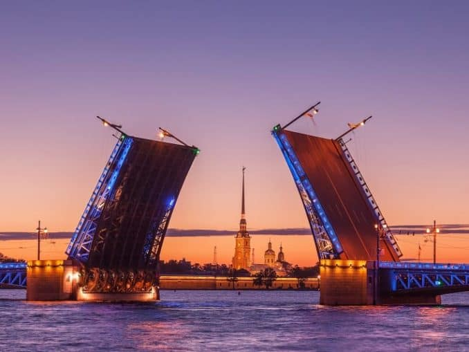 Sankt Petersburg: Peter und Paulsfestung, Schlossbrücke über die Newa - Russlandvisum von Paneurasia