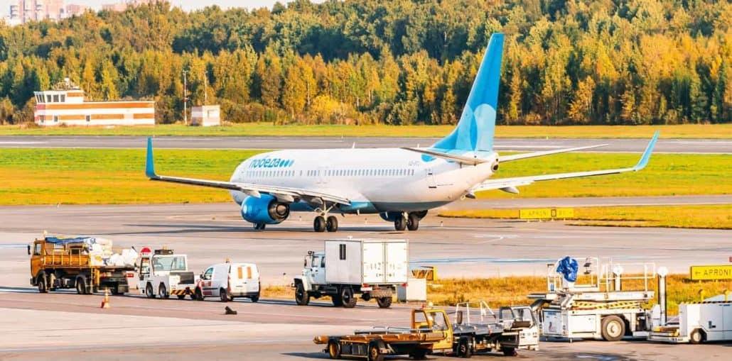 Flugzeug von Pobeda Airlines auf dem Rollfeld