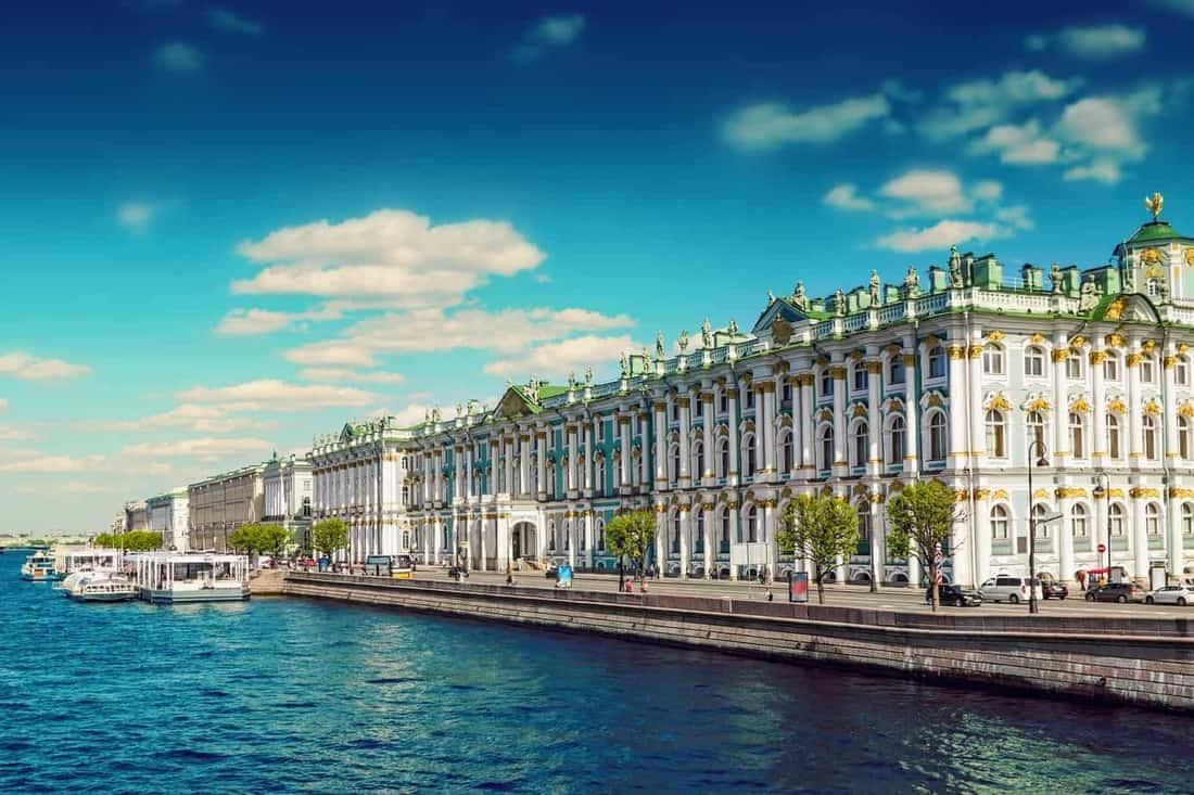 Sankt Petersburg: Eremitage von der Schlossbrücke über die Newa