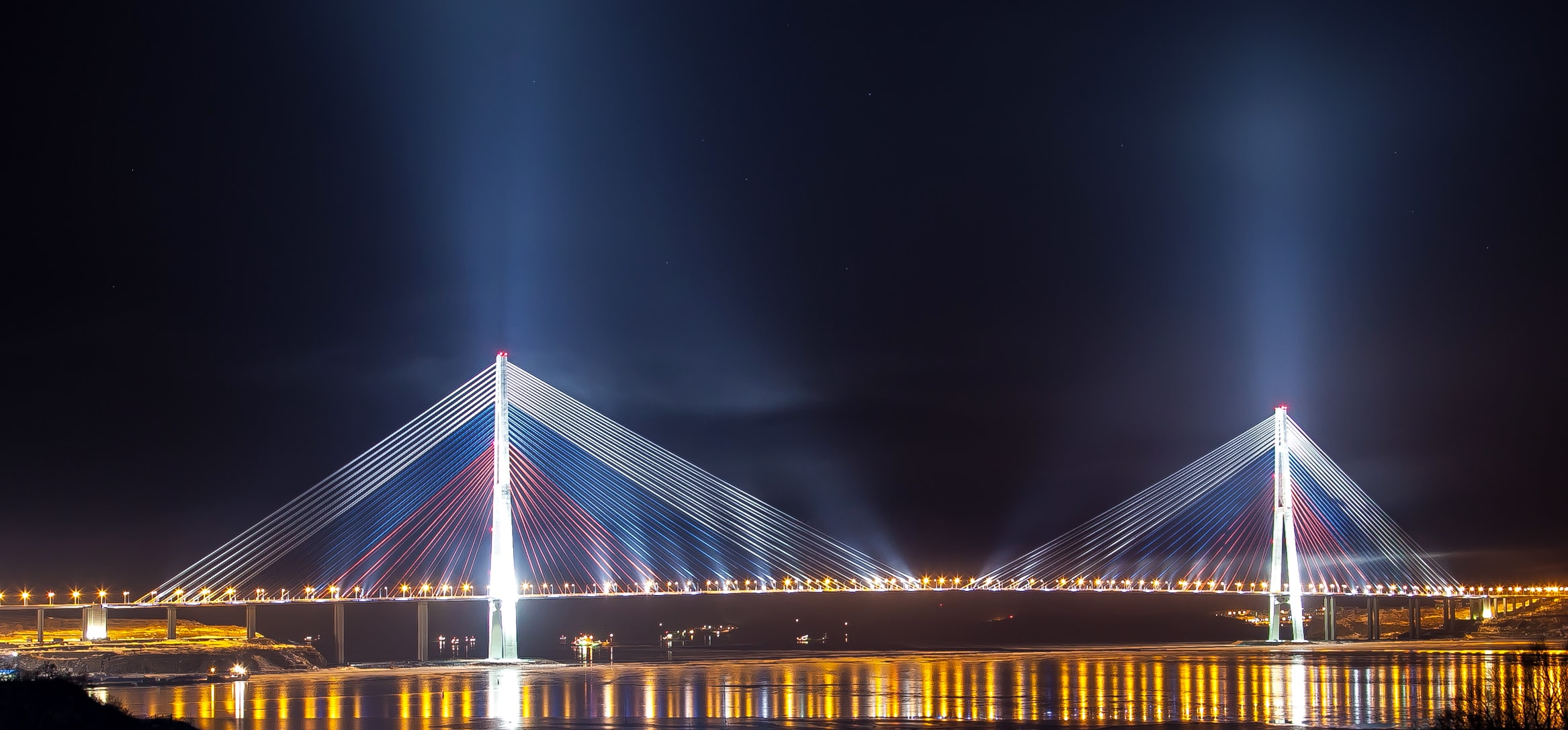 Russki-Brücke bei Nacht Bild: Баяков Алексей Александрович CC BY-SA 3.0