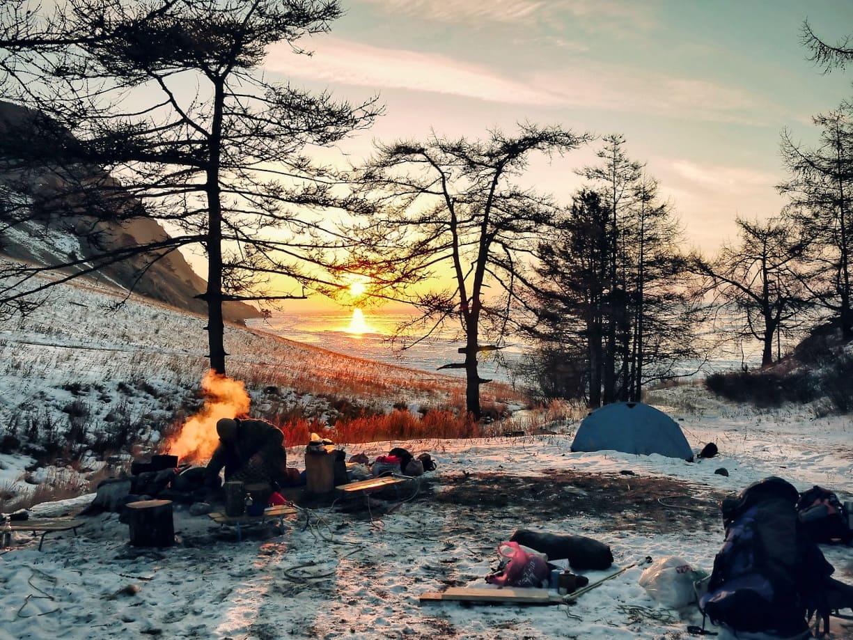 Offenes Feuer am Baikalsee im Winter